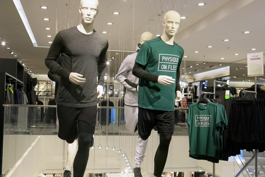 manliga skyltdockor i träningskläder på HM
