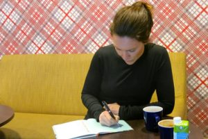 Malin signerar boken Muskler av plysch