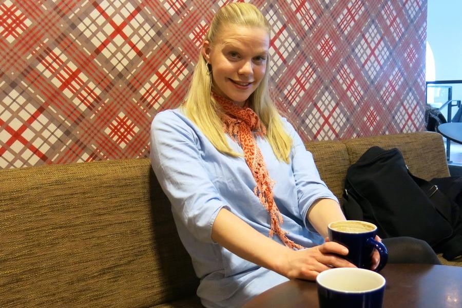 Jag med en kopp kaffe latte