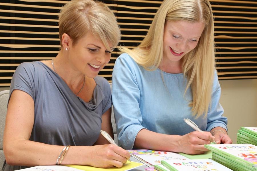Anna och jag signerar barnboken