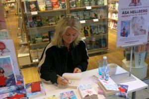 Åsa Hellberg signerar