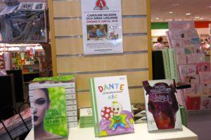 Dante letar bokstäver på Akademibokhandeln Mäster Samuelsgatan