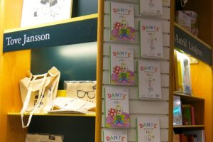 Barnboken Dante letar bokstäver på NK