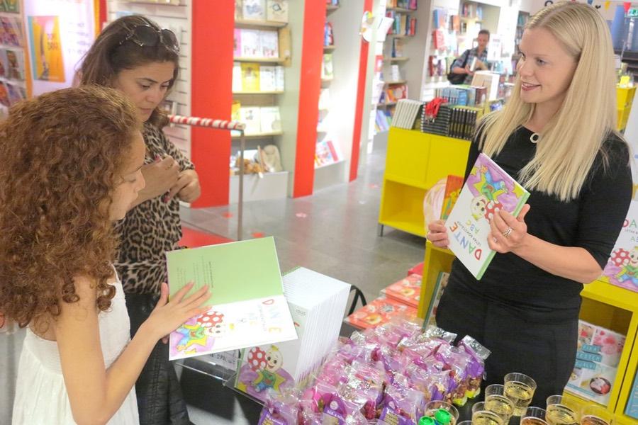 Besökare i butiken