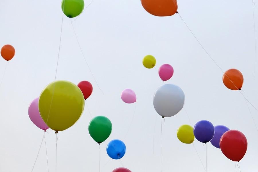Färgglada majsballonger i luften