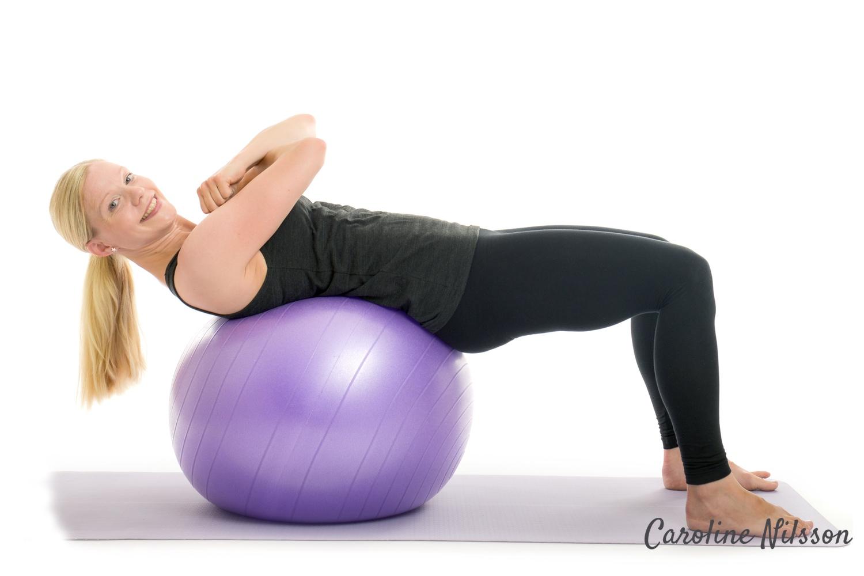 Crunch liggandes på träningsboll