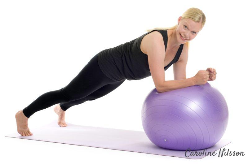 Plankan med underarmarna på träningsboll