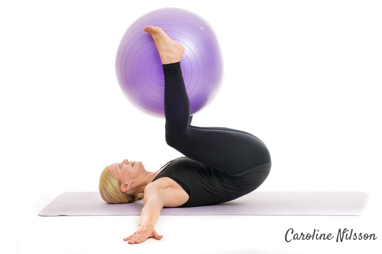 Omvända crunches på träningsboll