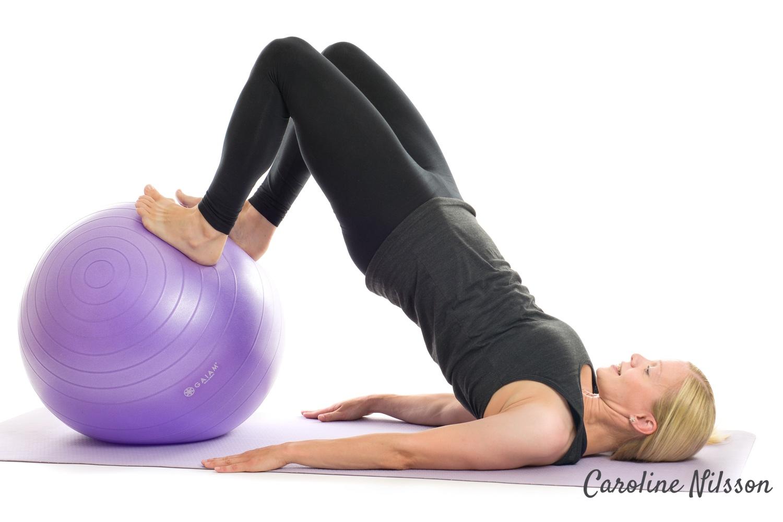 rulla in bollen under kroppen med hjälp av musklerna i baksida lår