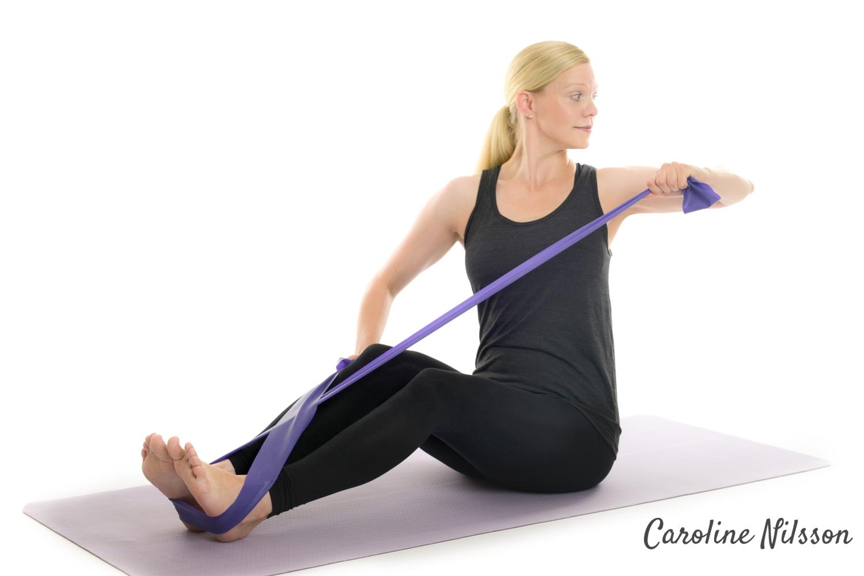 Dra armbågen bakåt och träna musklerna på axelns baksida