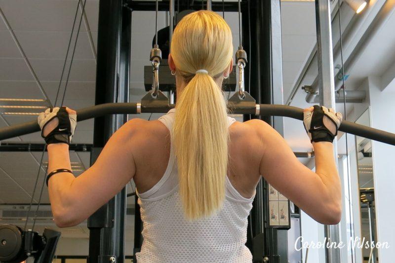 Övningen latsdrag är bra träning för ryggmusklerna