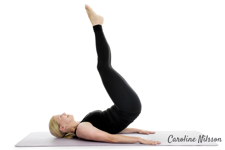 Liggande magövning där du lyfter benen mot taket