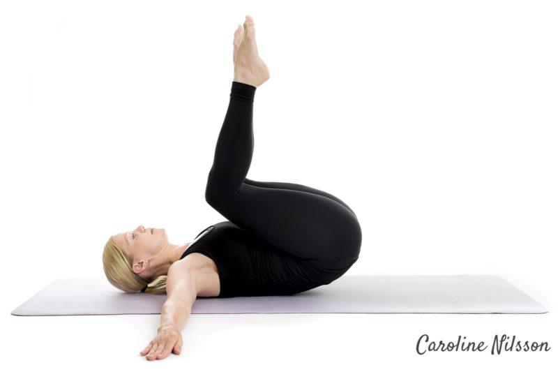 omvända crunches med böjda ben
