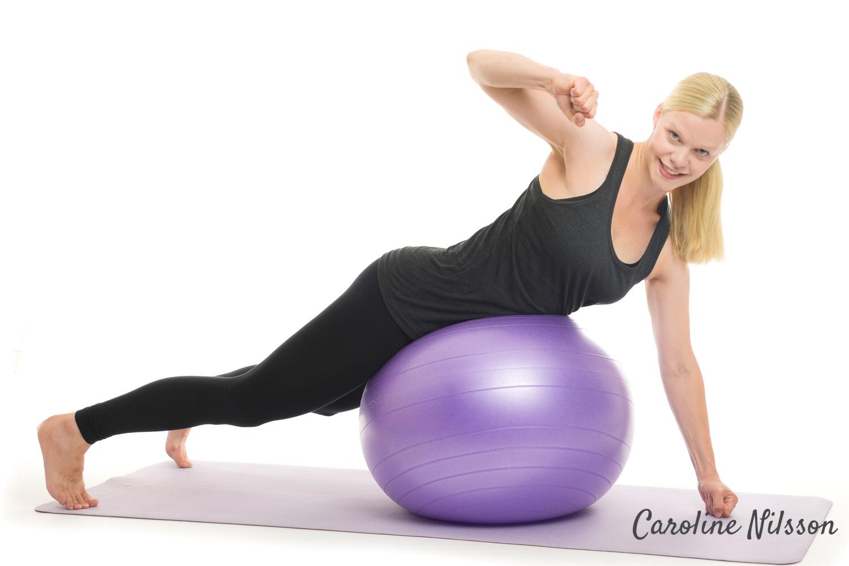 sneda rygglyft på träningsboll