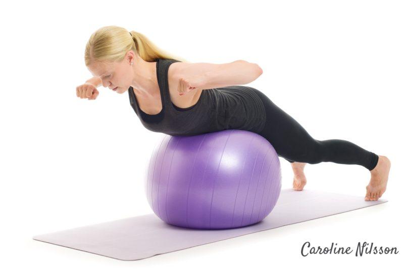 lyft överkroppen för att träna ländryggen med boll