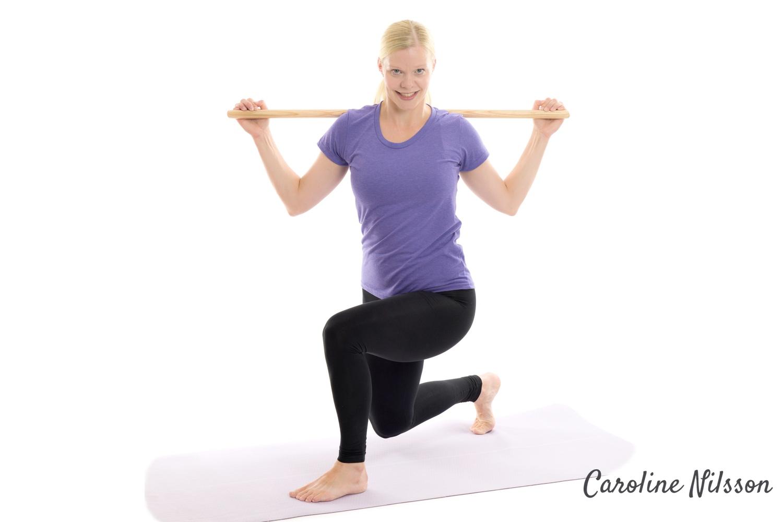 gör utfall och rotera med överkroppen mot främre knät