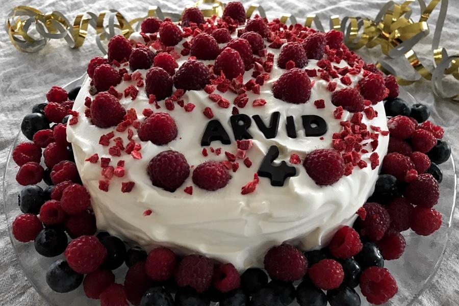 tårta med hallon och blåbär