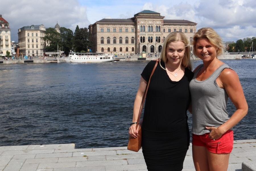 Caroline och Anna turistar i Stockholm.