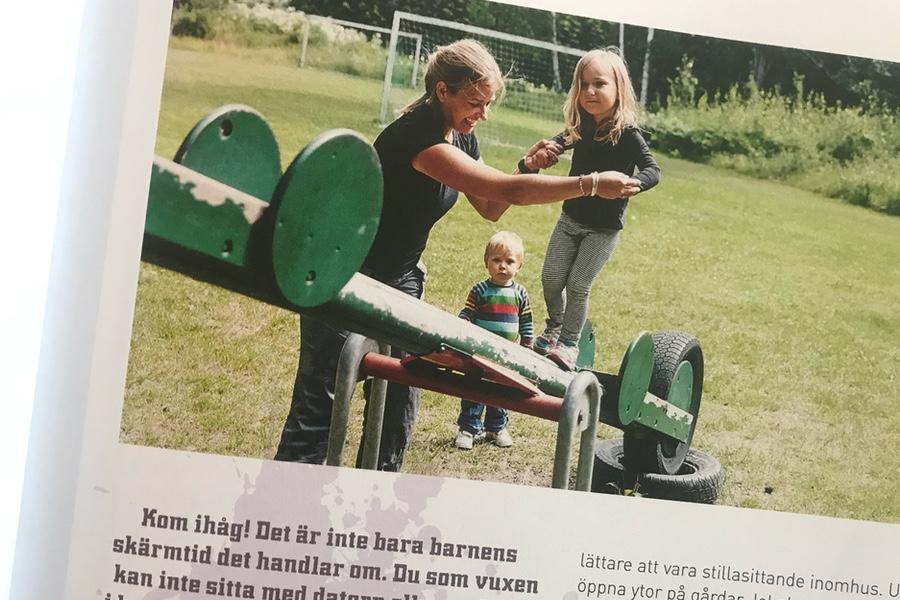 Fotografen Jane med sina barn visar också övningar i boken.