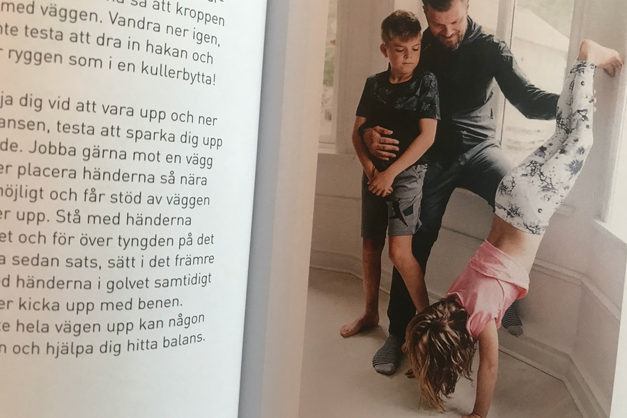 Terese man och hennes barn visar övningar i boken.